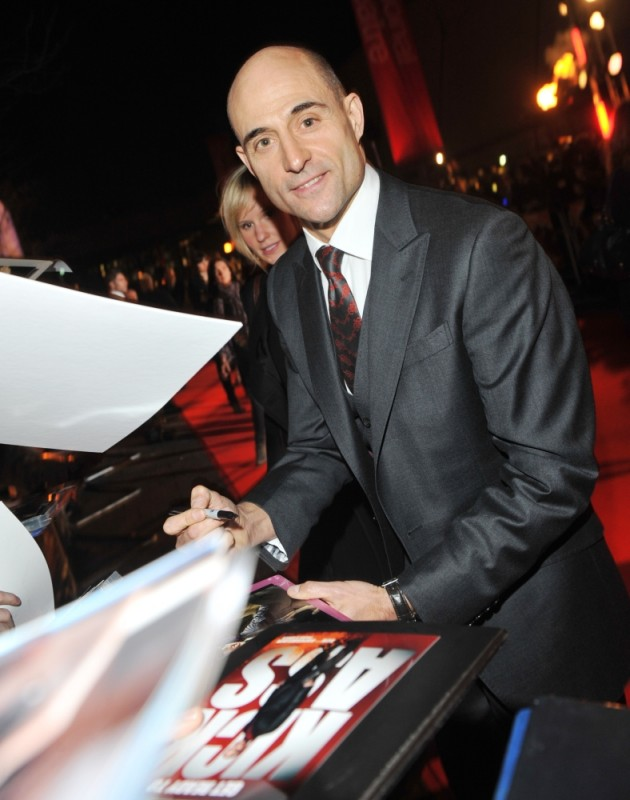 Mark Strong firma autografi sul red carpet della première londinese di John Carter
