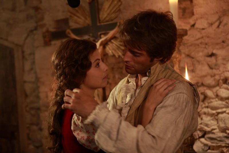 Rodrigo Guirao Diaz ed Alessandra Mastronardi in una scena della fiction La Certosa di Parma