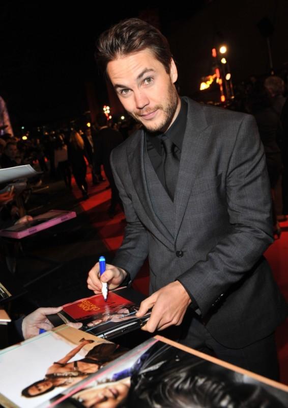 Taylor Kitsch firma autografi sul red carpet della première londinese di John Carter