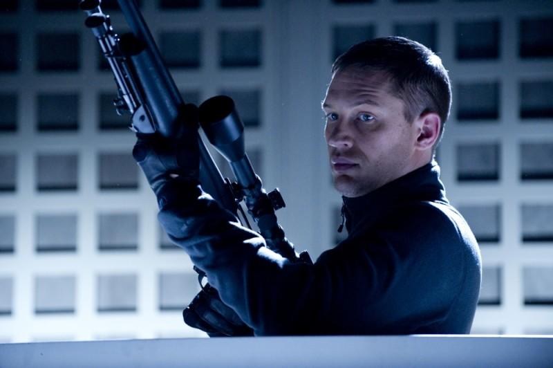 Tom Hardy imbraccia il suo fucile in una scena dell'action Una spia non basta