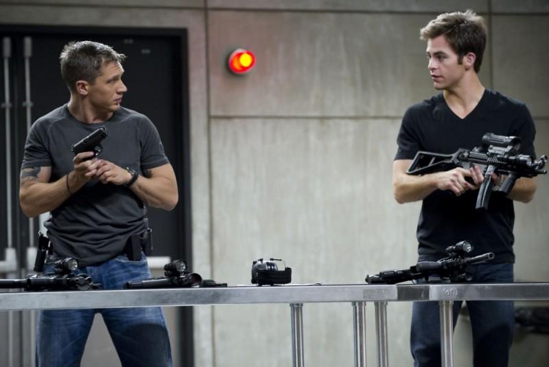 Una spia non basta: Chris Pine e Tom Hardy testano le armi in una scena del film