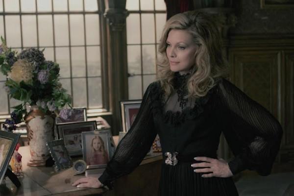 Michelle Pfeiffer in una scena di Dark Shadows
