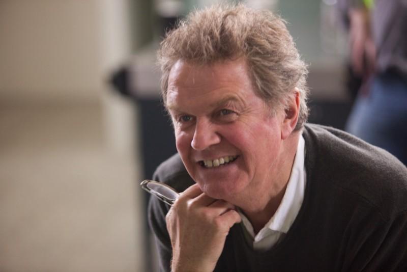 Marigold Hotel: il regista John Madden sorride sul set del film