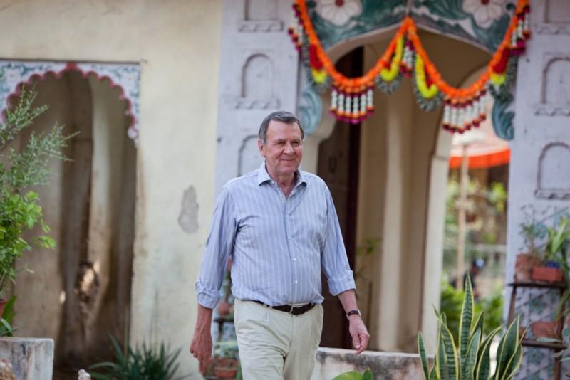 Marigold Hotel: Tom Wilkinson sorride in una scena del film