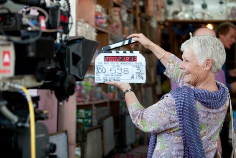 Marigold Hotel: una sorridente Judi Dench batte il ciak sul set del film
