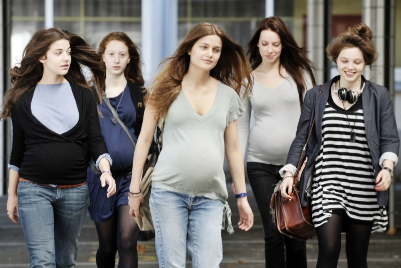 17 ragazze: Louise Grinberg insieme a Juliette Darche, Roxane Duran, Esther Garrel e Solène Rigot in un'immagine del film