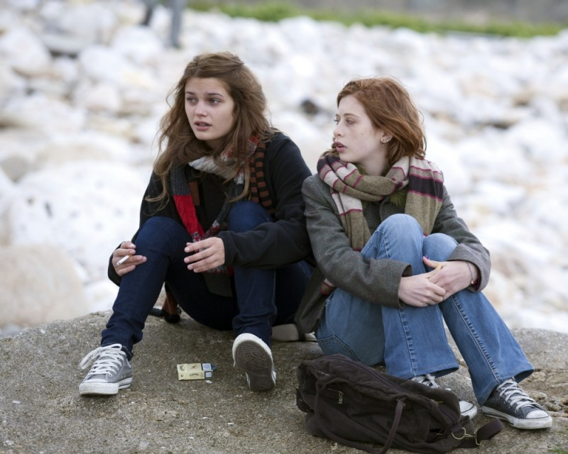 17 ragazze: Louise Grinberg parla con Yara Pilartz in un'immagine del film