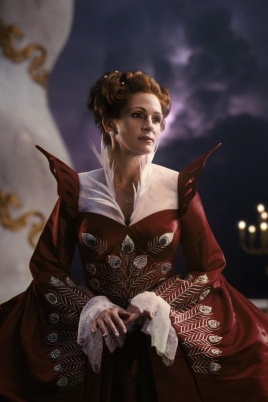 Biancaneve: Julia Roberts nei panni della Regina in una bella immagine tratta dal film