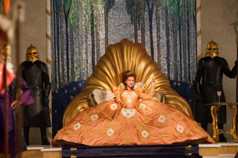 Biancaneve: Julia Roberts nei panni della Regina in una scena del film