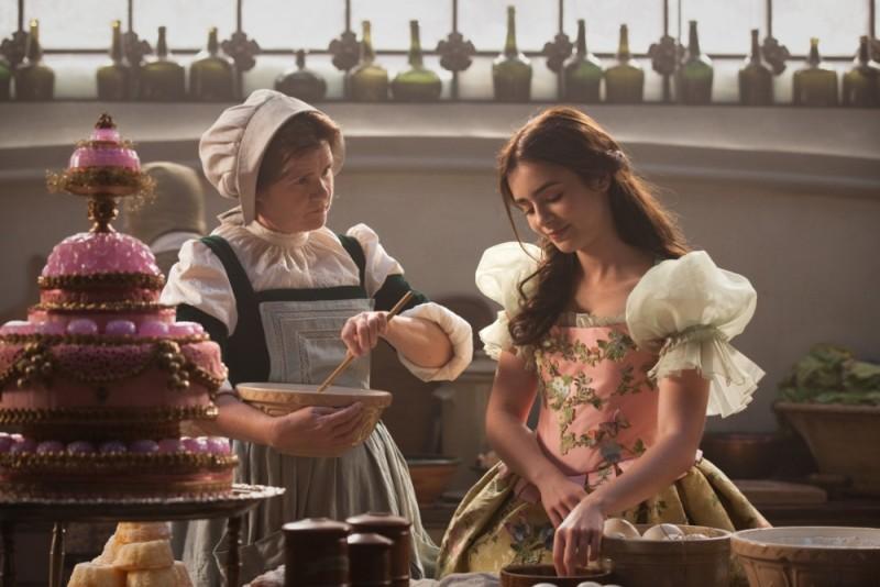 Biancaneve: Lily Collins con Mare Winningham in un'immagine del film