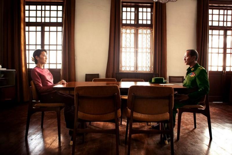 Michelle Yeoh e Danny Toeng, che interpreta il colonnello Than Tun, in una scena di The Lady
