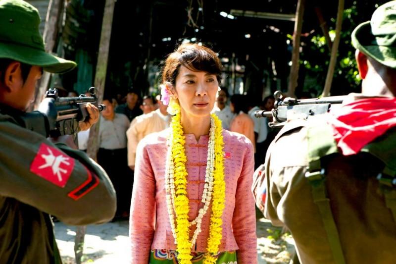 The Lady: Michelle Yeoh è Aung San Suu Kyi in una significativa scena del film