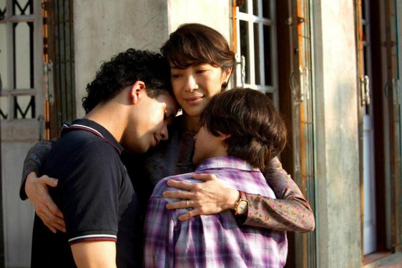 The Lady: Michelle Yeoh in una scena del film insieme ai 'figli' Jonathan Woodhouse e Jonathan Raggett