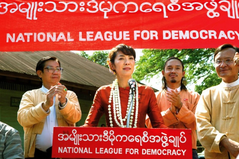 The Lady: Michelle Yeoh in una scena del film nei panni della pacifista Aung San Suu Kyi tiene un discorso come segretario generale della National League for Democracy