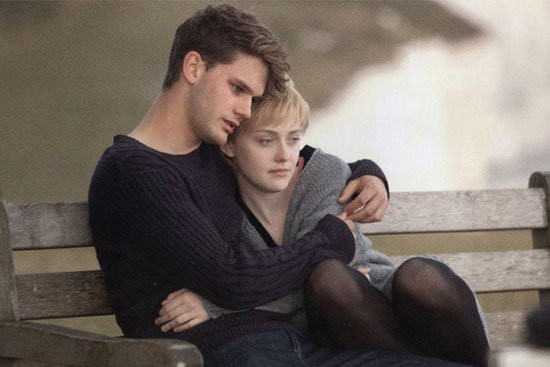 Dakota Fanning e Jeremy irvine abbracciati in Now Is Good