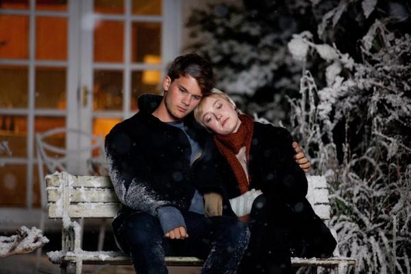 Dakota Fanning e Jeremy irvine in una scena di Now Is Good