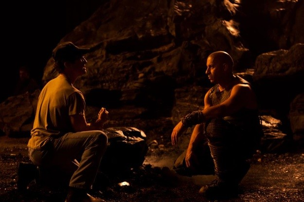 Vin Diesel e il regista David Twohy di fronte al green screen sul set di Riddick