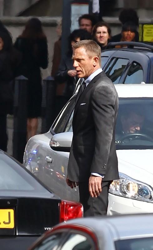 Daniel Craig si aggira tra le auto sul set di Skyfall