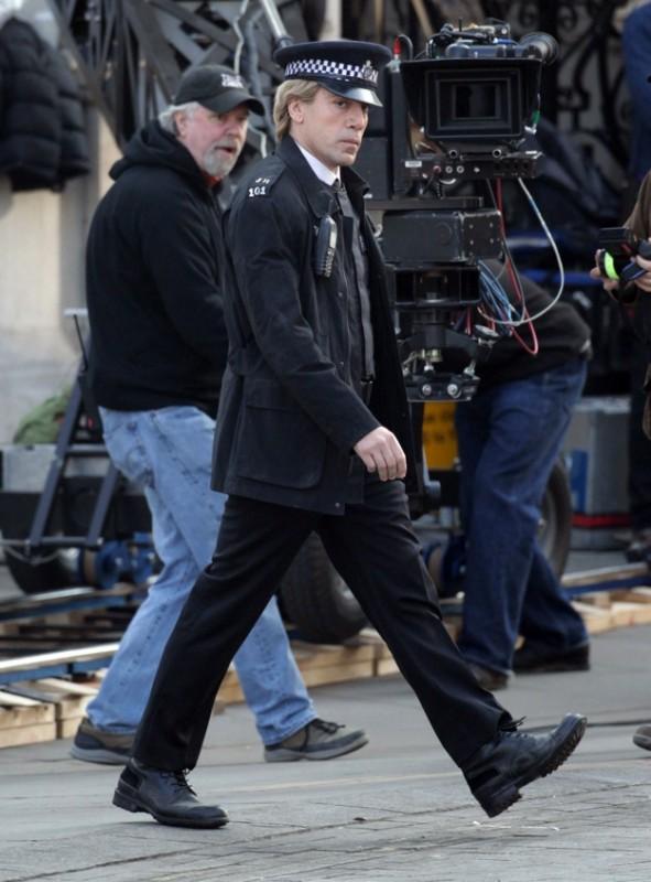 Javier Bardem travestito da agente di polizia sul set di Skyfall. Sullo sfondo le telecamere che ne seguono la perfomance