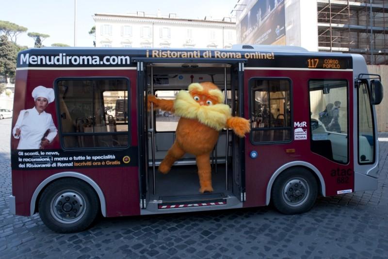 Lorax - Il guardiano della foresta: Lorax a bordo di un bus in Piazza del Popolo a Roma