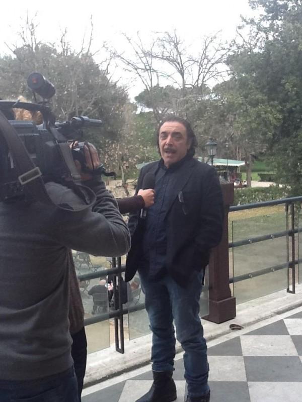 Nino Frassica intervistato durante la presentazione dello show Un due tre stella