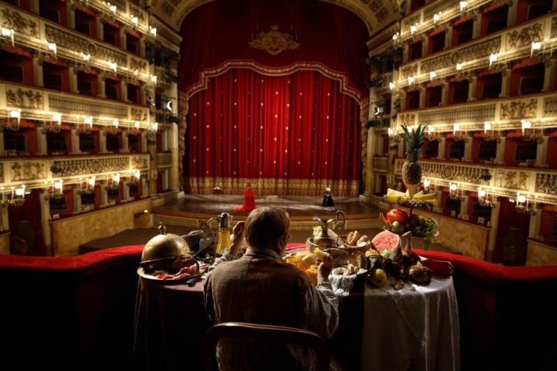 Quijote: Lucio Dalla di spalle in teatro in un'immagine del film