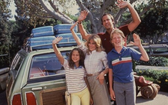 Chevy Chase e Beverly D'Angelo in National Lampoon's Vacation insieme ad Anthony Michael Hall e Dana Barron