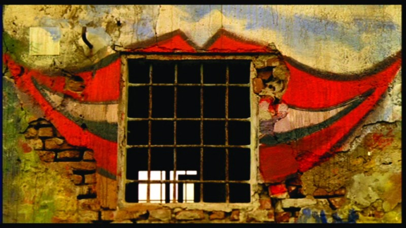 La casa dalle finestre che ridono, una scena del film.