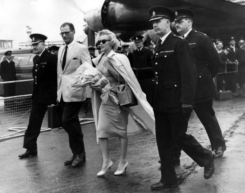 Marilyn Monroe e Arthur Miller all'aeroporto di Londra (luglio 1956)