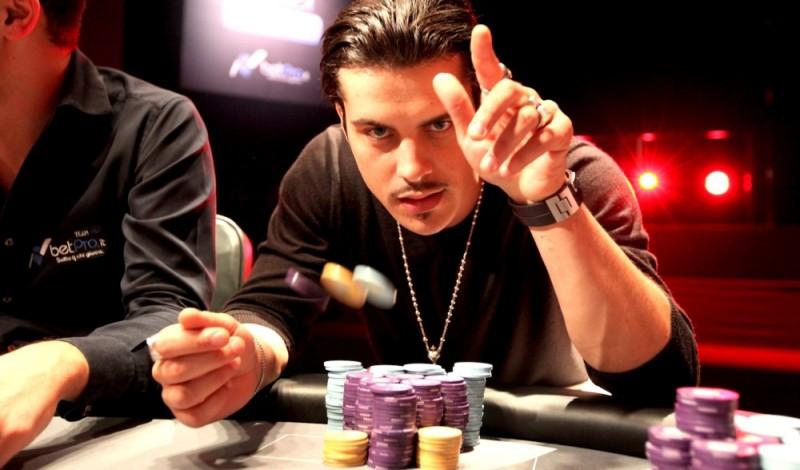 Poker Generation: Andrea Montovoli al tavolo da poker in una scena del film