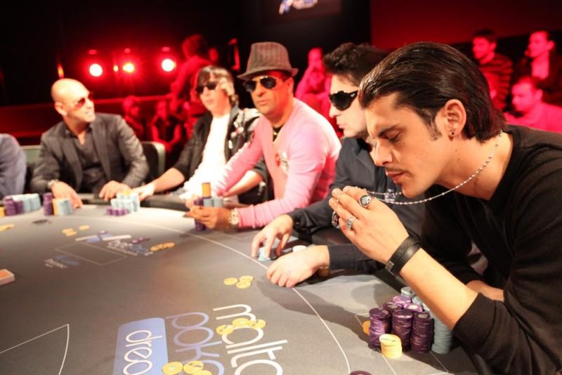 Poker Generation: Andrea Montovoli in una scena del film al tavolo da poker
