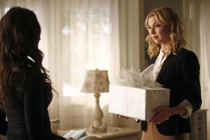 Revenge: Emily VanCamp e Madeleine Stowe nell'episodio Scandal