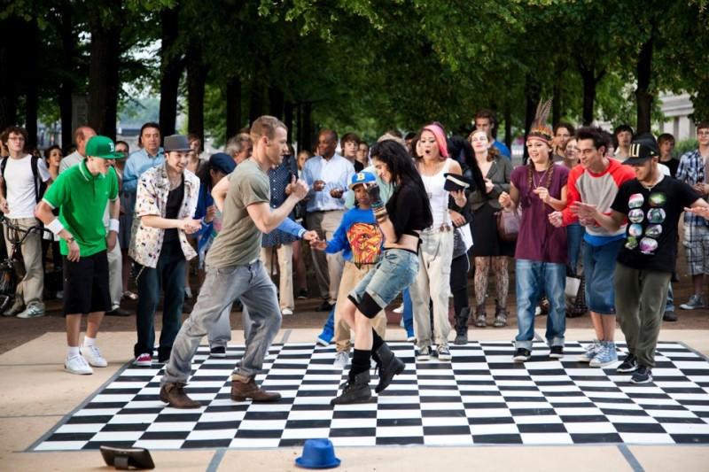 StreetDance 2: Falk Hentschel e Sofia Boutella ballano all'aperto in mezzo alla gente in una scena del film