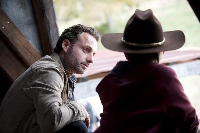 The Walking Dead: Andrew Lincoln e Chandler Riggs in una intensa scena dell'episodio Il giustiziere