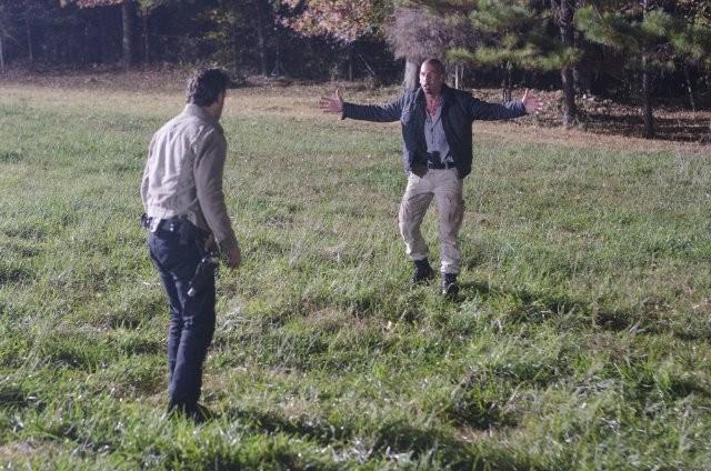 The Walking Dead: Andrew Lincoln e Jon Bernthal durante il loro drammatico confronto nell'episodio Il giustiziere