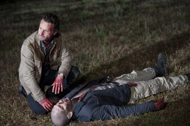 The Walking Dead: Andrew Lincoln e Jon Bernthal in un drammatico momento dell'episodio Il giustiziere