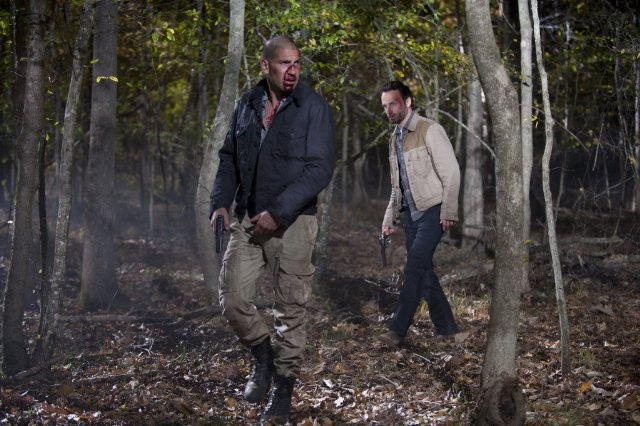 The Walking Dead: Jon Bernthal e Andrew Lincoln in una sequenza dell'episodio Il giustiziere