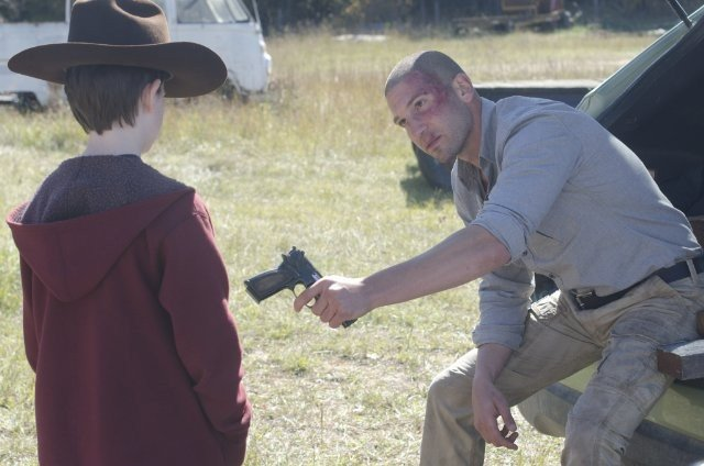 The Walking Dead: Jon Bernthal e Chandler Riggs in una sequenza dell'episodio Il giustiziere