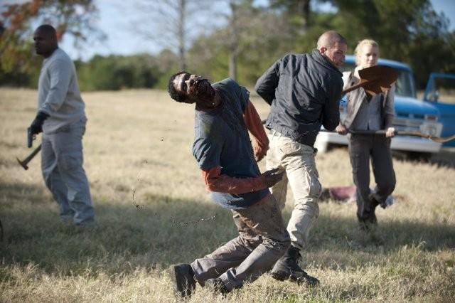 The Walking Dead: Jon Bernthal, Laurie Holden e IronE Singleton in una sequenza dell'episodio Il giustiziere