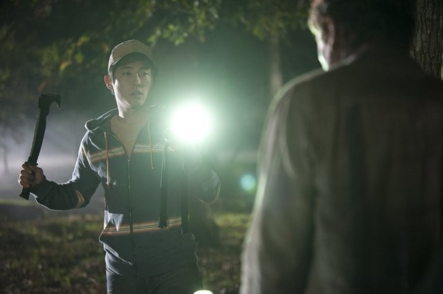 The Walking Dead: Steven Yeun affronta un Errante in una sequenza dell'episodio Il giustiziere
