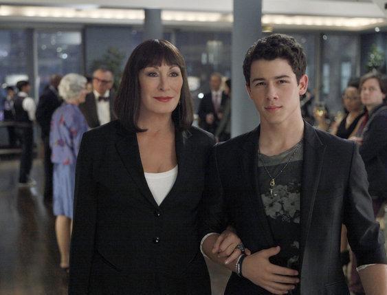 Anjelica Huston e Nick Jonas, guest star del quarto episodio di Smash