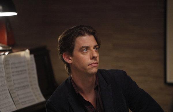 Christian Borle nel ruolo del musicista Tom Levitt nell'episodio Senza inibizioni di Smash