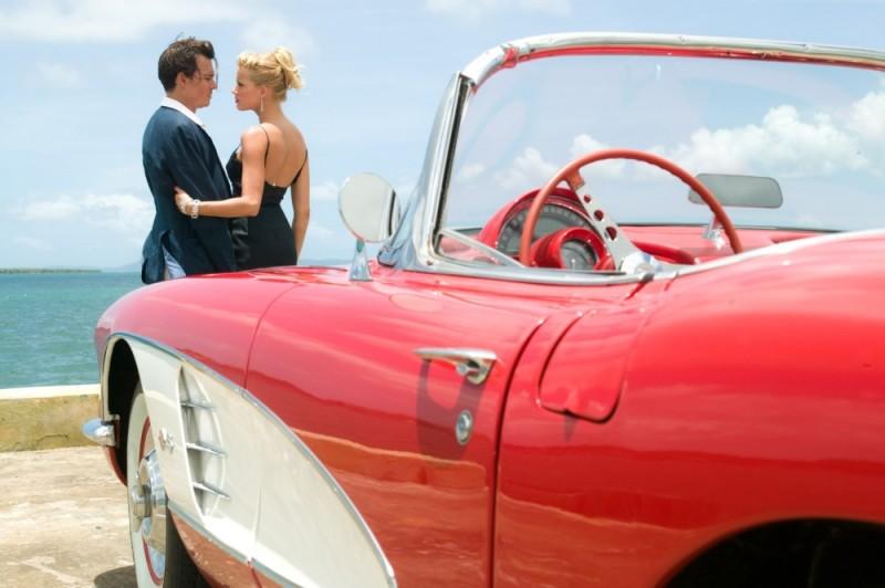 Johnny Depp in una romantica scena di Diario del desiderio insieme alla bellissima Amber Heard
