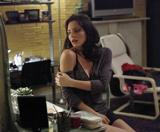 Katharine McPhee in una posa seducente nell'episodio Senza inibizioni di Smash