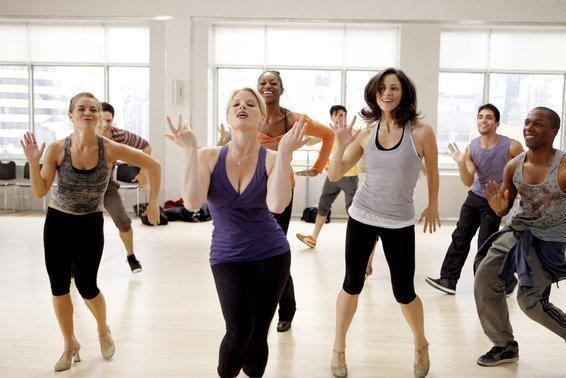 Megan Hilty, Katharine McPhee, Leslie Odom Jr. in un numero di ballo dell'episodio Il prezzo dell'arte di Smash