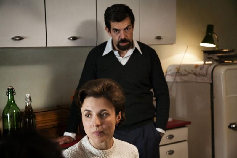 Romanzo di una strage: Pierfrancesco Favino e Michela Cesconin una scena del film