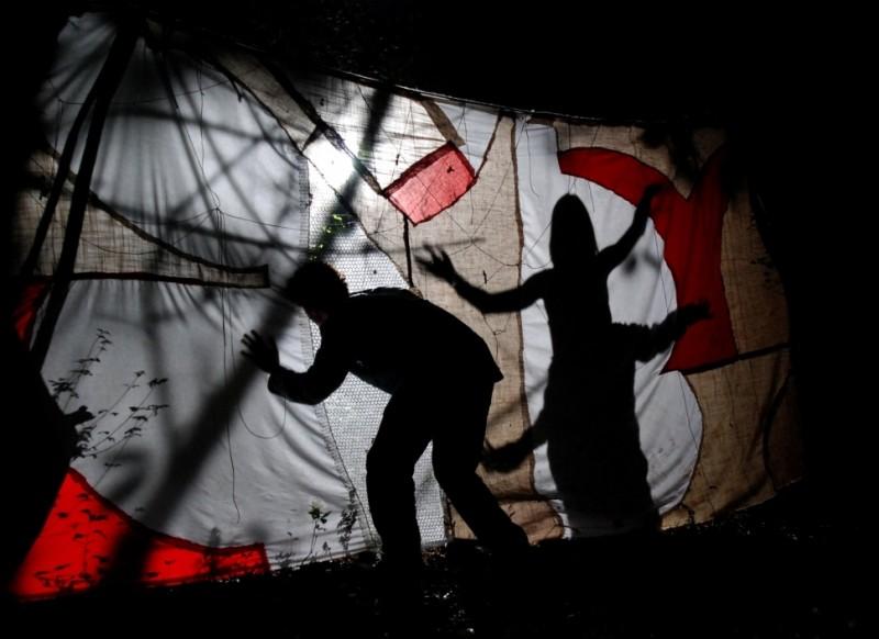 Sàmara: una suggestiva scena del film che immortala un disegno su tela e delle ombre