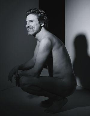 Alberto San Juan nudo in una foto promo de La montaña rusa