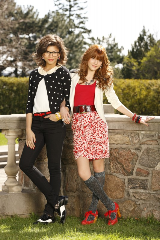 Bella Thorne e Zendaya in una foto promozionale del film TV Nemiciperlapelle