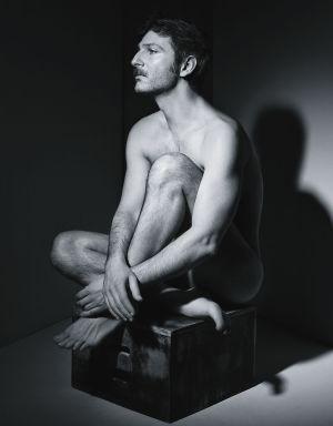 Ernesto Alterio nudo in una foto promo de La montaña rusa